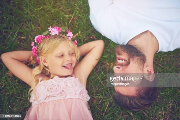 amusement dans le parc avec mon papa - printemps humour photos et images de collection