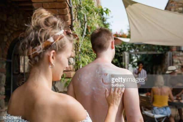 fun in the sun - bronzage humour photos et images de collection