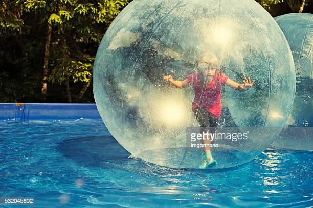 diversão dentro de uma esfera de água - bolha estrutura física - fotografias e filmes do acervo