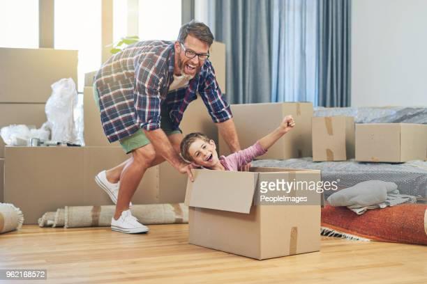 fun makes moving day a positive experience - empurrar atividade física imagens e fotografias de stock