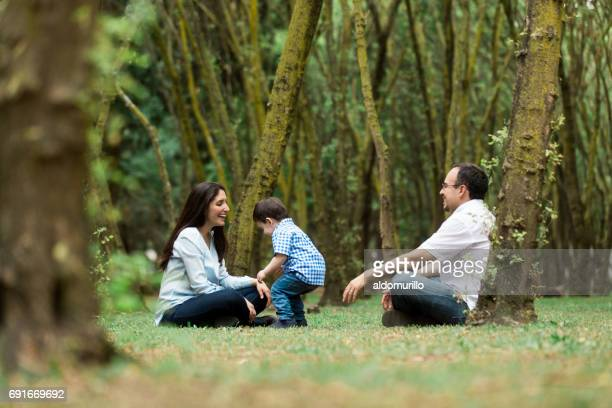 Spaß Eltern spielen mit kleinen Jungen im freien