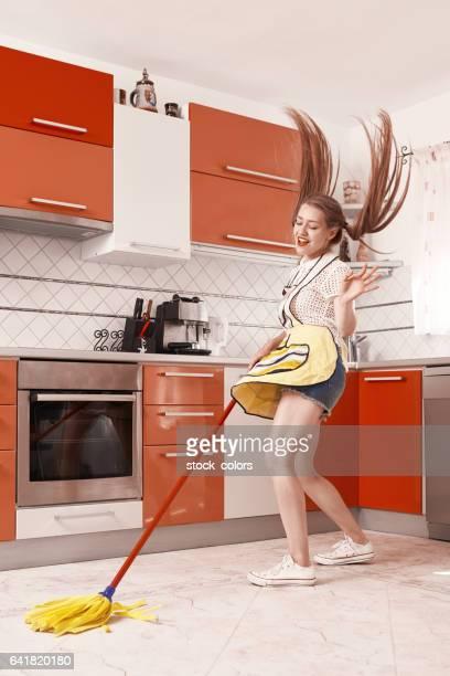 楽しい台所の床を掃除しながら時間