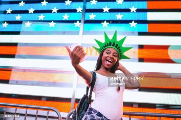 fun times in new york city - kopfbedeckung stock-fotos und bilder