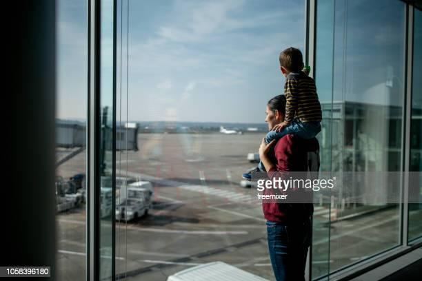 spaß beim warten auf des flugzeugs - kid in airport stock-fotos und bilder