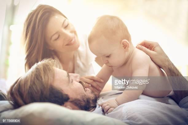 spaß mit baby. - eltern stock-fotos und bilder
