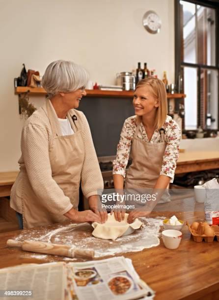 Amuser avec leur grand-mère à la cuisine