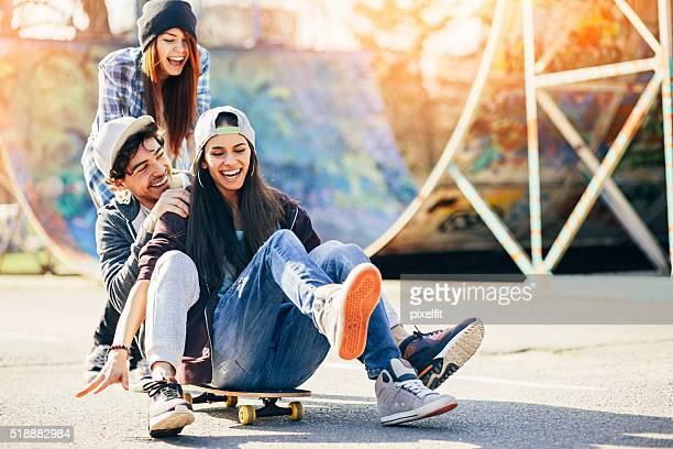 amusement avec planche à roulettes - public park photos et images de collection