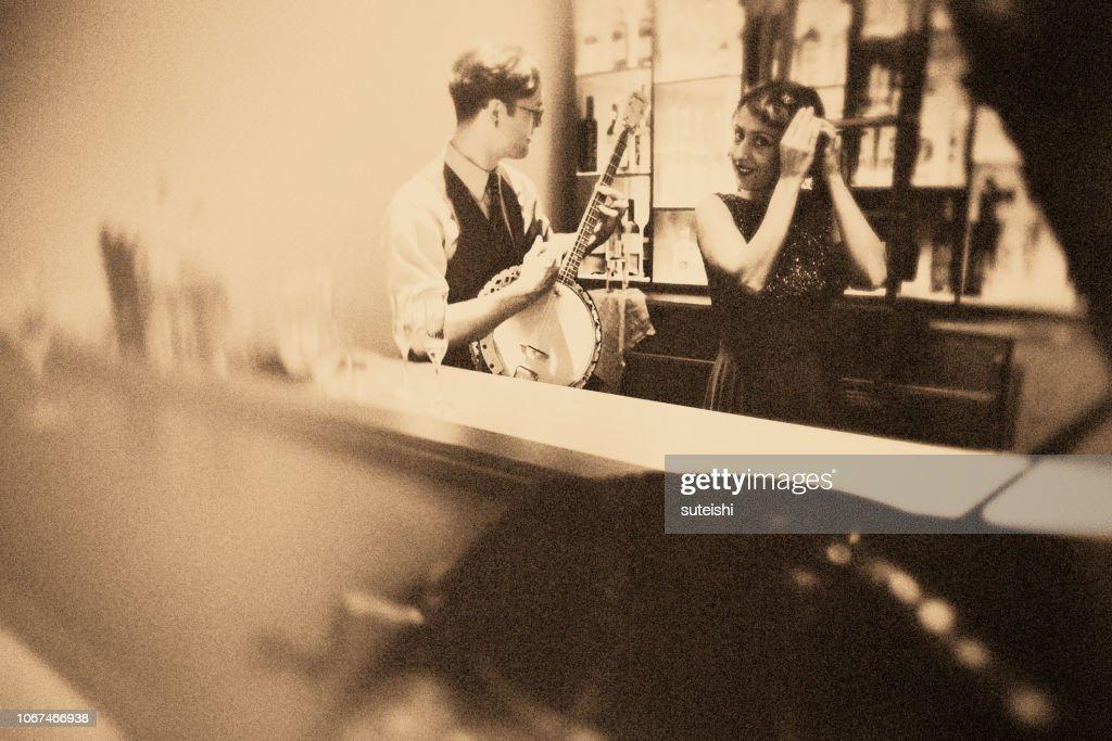 Spaß mit dem Banjospieler in der Bar!!! : Stock-Foto
