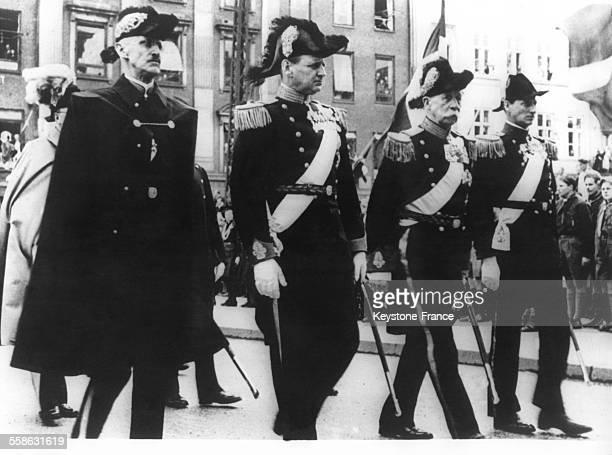 Funerailles du Roi Christian X avec le Roi Haakon de Norvege le Roi Frederik de Danemark le Prince Georges de Grece et le Prince Knud alors qu'ils...