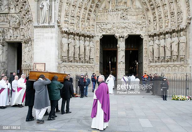 funeral of abbe pierre at notre dame - pallbearer stock pictures, royalty-free photos & images