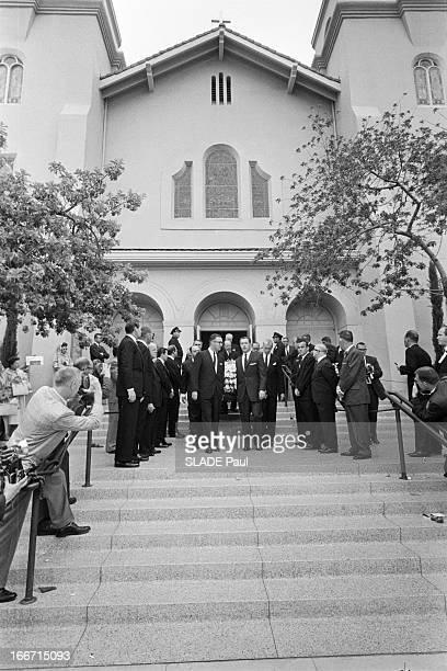 Funeral Of American Actor Gary Cooper En mai 1961 aux Etats unis à Los Angeles lors des funérailles de l'acteur américain Gary COOPER des hommes dont...