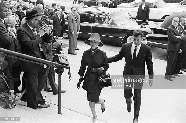 Funeral Of American Actor Gary Cooper En mai 1961 aux Etats unis à Los Angeles lors des funérailles de l'acteur américain Gary COOPER le couple...