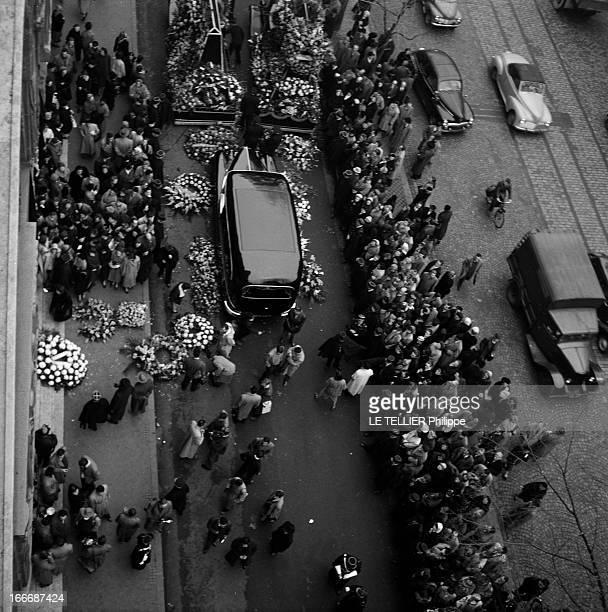 Funeral Of Jacques Fath A Paris lors des obsèques du couturier Jacques FATH vue en plongée de la foule dans la rue et des voitures mortuaires...