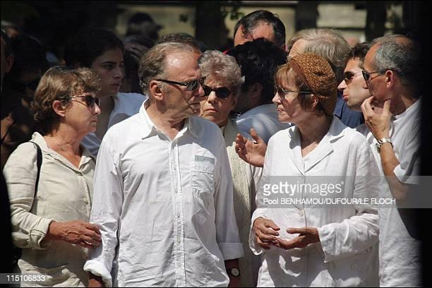 Funeral of Marie Trintignant at Pere Lachaise in Paris France on August 06 2003 MarieAnne Trintignant JeanLouis Trintignant Nadine Trintignant Alain...