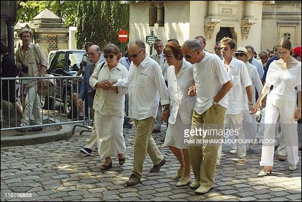Funeral of Marie Trintignant at 'Pere Lachaise' in Paris France on August 06 2003 MarieAnne Trintignant JeanLouis Trintignant Nadine Trintignant...