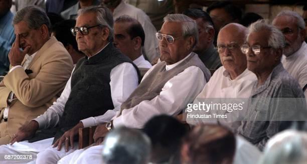 Funeral of Pramod Mahajan Governor SM Krishna Bhairon Singh Shekhawat Atal Bihari Vajpayee LK Advani and George Fernandes at Pramod Mahajan's...