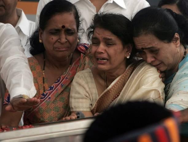 Funeral of Pramod Mahajan Rekha Mahajan weeps with her family members