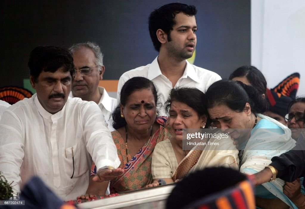 Funeral of Pramod Mahajan Rekha Mahajan weeps with her family members Gopinath Munde and Rahul Mahajan