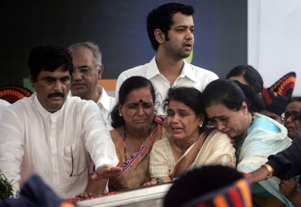 Funeral of Pramod Mahajan Rekha Mahajan weeps with her family members Gopinath Munde and Rahul Mahajan
