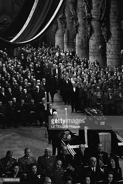 Funeral Of Queen Elisabeth Of Belgium A Bruxelles en Belgique le 30 novembre 1965 vue générale et en plongée de l'église lors des obsèques de la...
