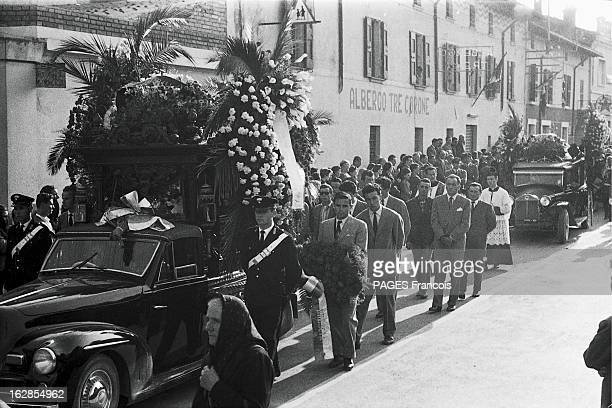 Funeral Of The Victims Of Marquis De Portago Accident At The Thousand Miles Race Guidizzolo Italie 14 mai 1957 obsèques des victimes de l'accident du...