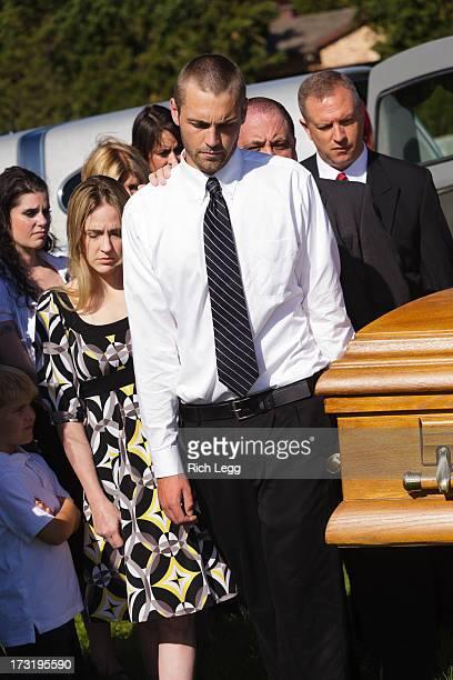 funeral carregador de féretro - carregador de féretro - fotografias e filmes do acervo