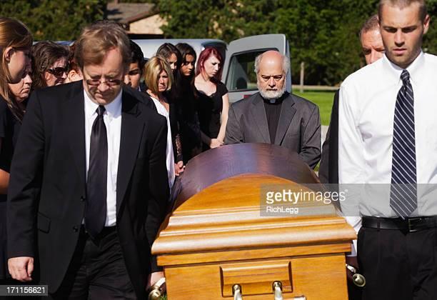 funeral pallbearers - carregador de féretro - fotografias e filmes do acervo