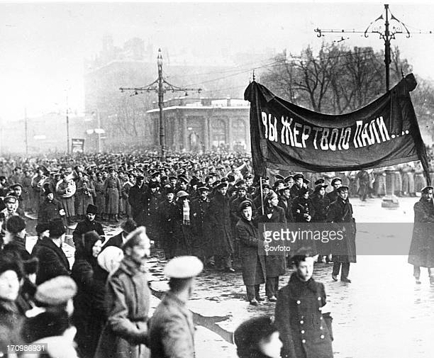 Funeral procession of petrograd citizens for the victims of february revolution 1917