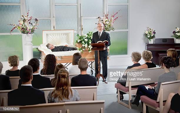 a funeral service - cercueil photos et images de collection