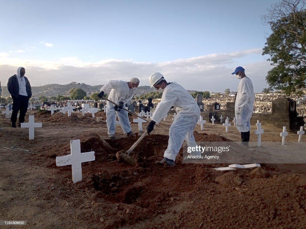 Burial of Covid-19 victims in Rio de Janeiro, Brazil : Foto jornalística