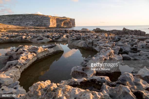 fungus rock at dwejra bay on gozo - dwejra stock-fotos und bilder