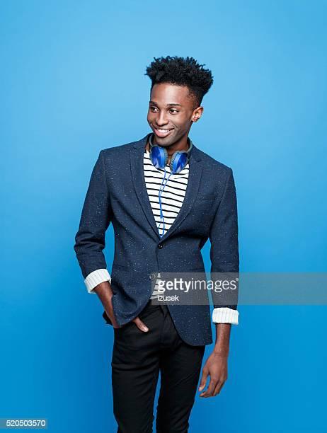 ファンキーなアフリカ系アメリカ人男性アゲインスト青色背景
