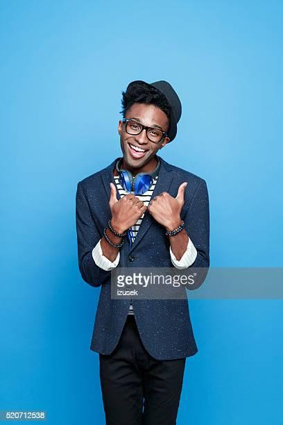Funky afro-americano rapaz em moda roupa