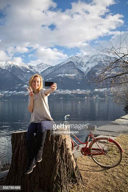 Funky Frau am See, die selfie mit Smartphone -
