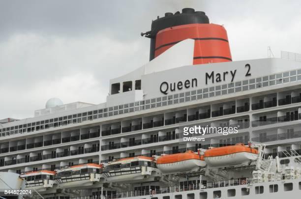 漏斗とクイーンメリー 2 - 水平の救命ボート - rms クイーン メアリー 2 ストックフォトと画像
