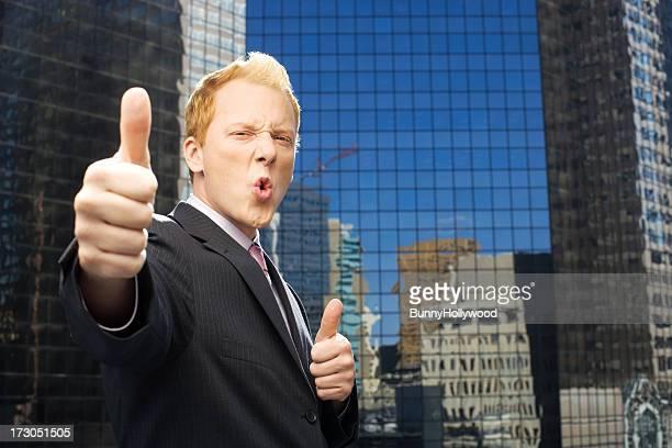 Engraçado Empresário dá-lhe dois polegares para cima no Telhado