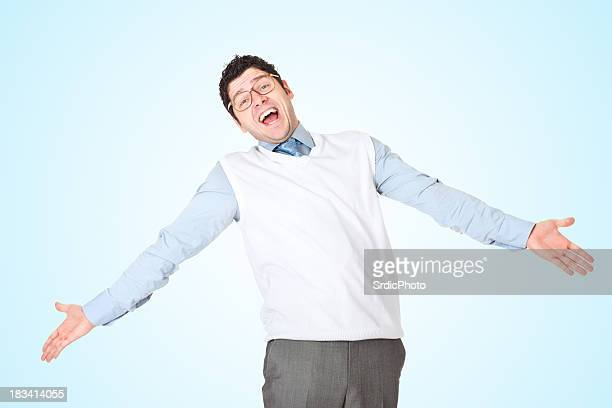 面白いビジネスマンがその腕 outstreched 、青色背景