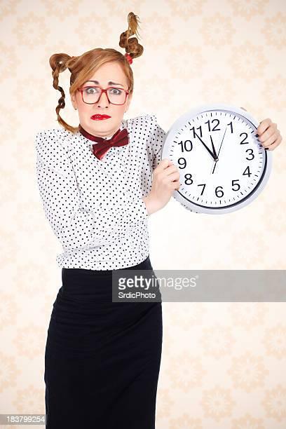 Drôle Femme d'affaires tenant grosse horloge et la drôle de tête