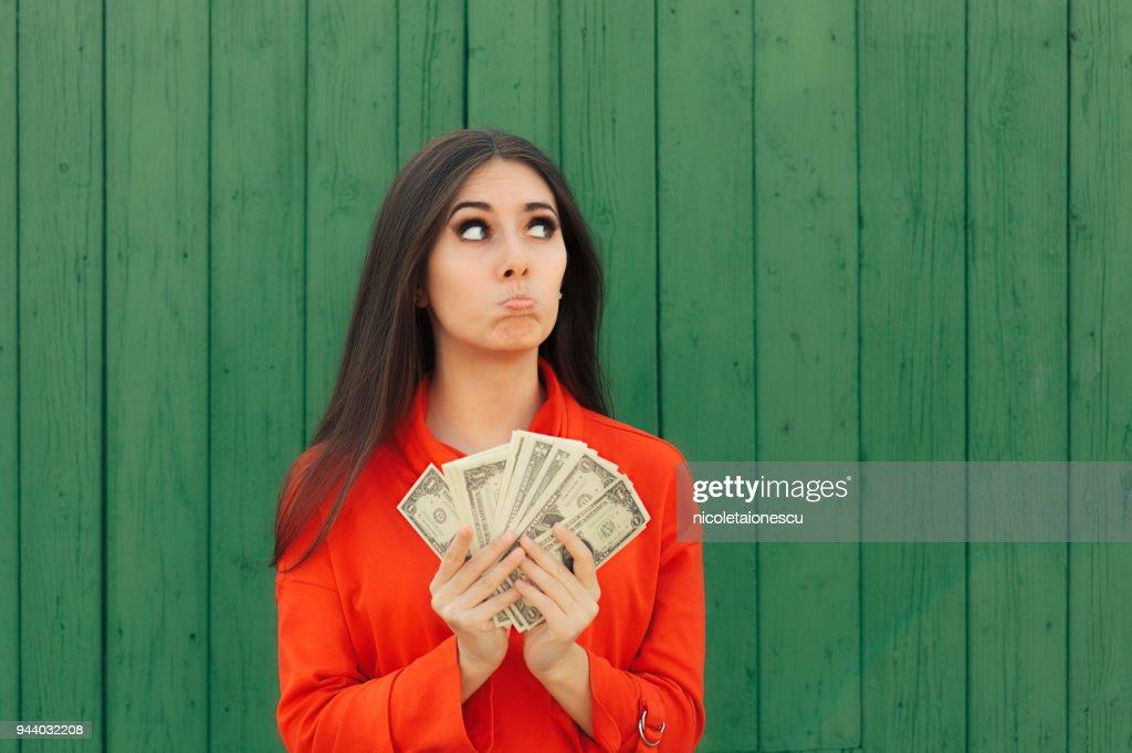 Grappig Casual meisje bedrijf geld klaar om betaling te verrichten : Stockfoto