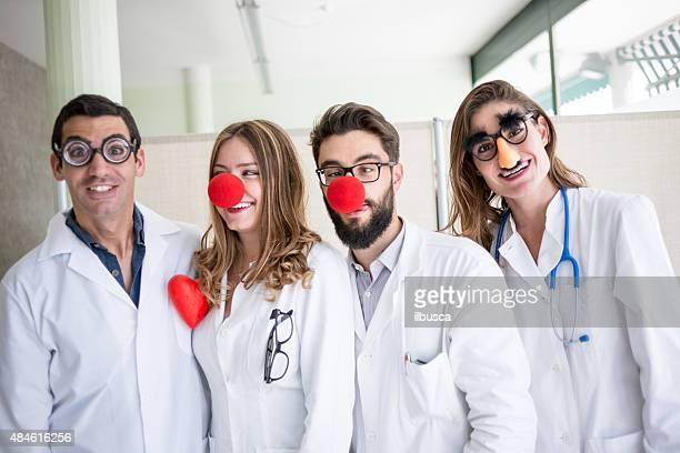 payaso divertido médicos pediatricians - nariz de payaso fotografías e imágenes de stock
