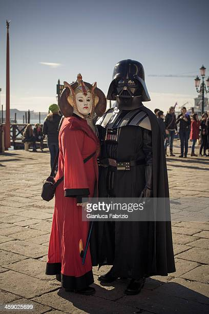 funny couple masqué à venise sur le carnaval 2013 - dark vador photos et images de collection