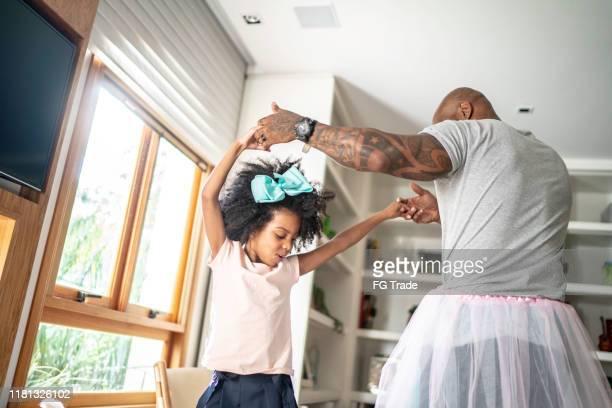 pai engraçado com saias tutu dançando como bailarinas - bailarina - fotografias e filmes do acervo