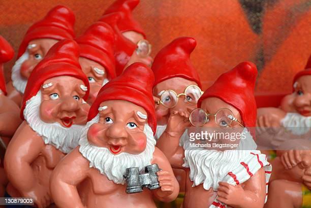 funny garden dwarfs - enano fotografías e imágenes de stock