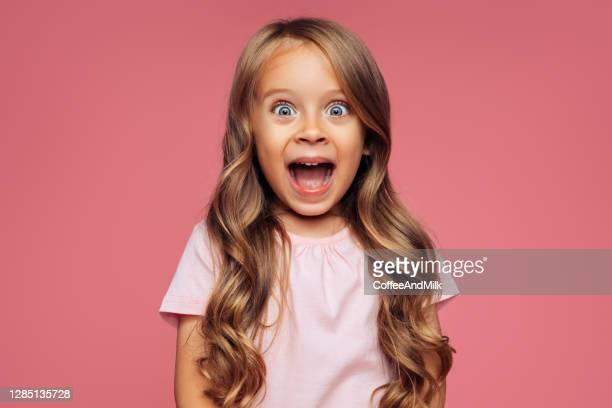 ragazza divertente su sfondo rosa - bambine femmine foto e immagini stock