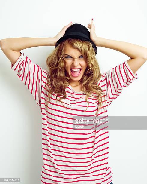 Drôle petite fille portant un chapeau