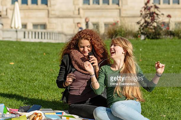 funny girls with smartphone sing - hanover germany stock pictures, royalty-free photos & images