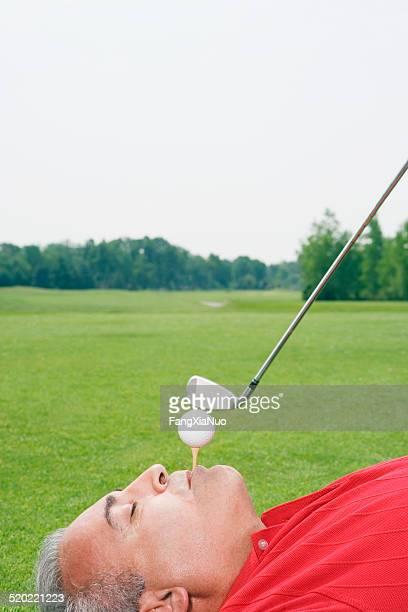 lustiger golfspieler festlegung und abschlagen - golf lustig stock-fotos und bilder