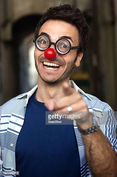 Funny man con extraño nariz y gafas.