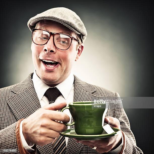 Lustiger Mann mit Tee