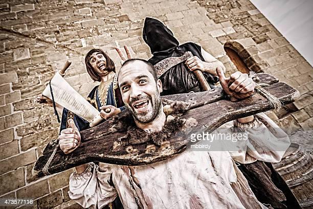 drôle médiévale beheading publics - guillotine photos et images de collection
